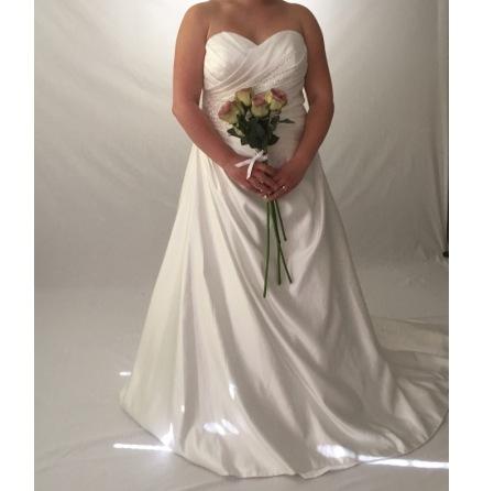 126 Brudklänning med drapering och pärlor