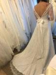 34 Spetsklänning med arm och låg rygg