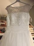 107 Brudklänning med vacker spetstopp med stor tyllkjol