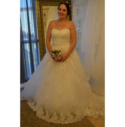 T10 Brudklänning prinsessa med stora spetsdetaljer på kjolen och släp