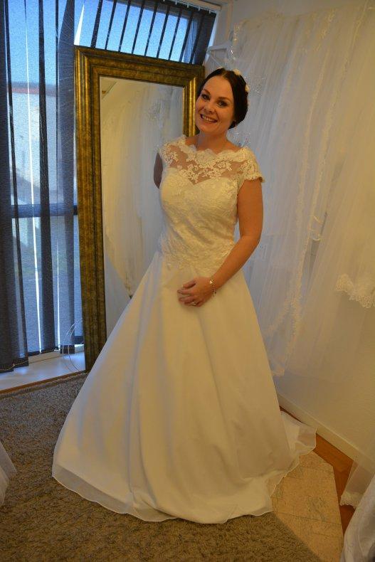 Vackert brudklänning med spets och chiffongkjol