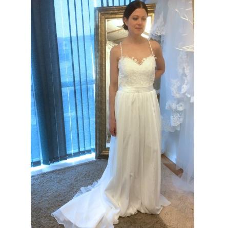 Brudklänning med spetstopp, chiffongkjol och öppen rygg med korsande glitterband!