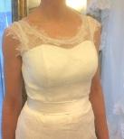 Brudklänning i nätt spets med fransar och djup rygg