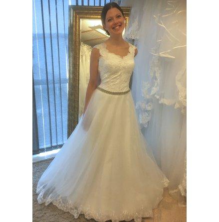 639t Brudklänning i spets med glitterband och vackert släp