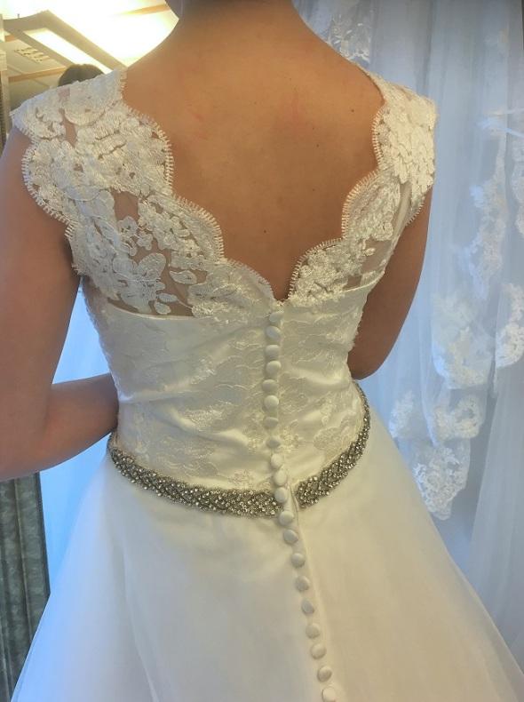 d1beeab6069e 639t Brudklänning i spets med glitterband och vackert släp - Din ...