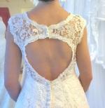 109n Brudklänning i grov spets med nyckelhålsrygg