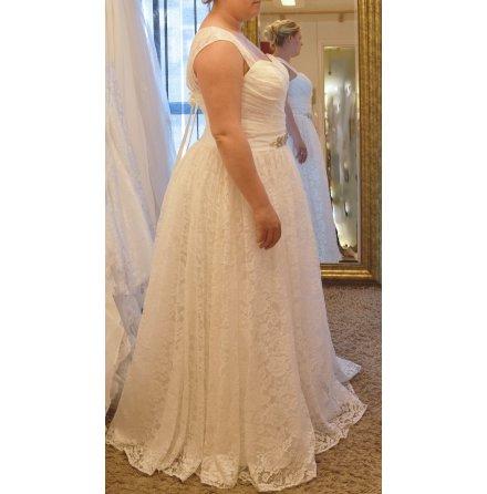 358s Brudklänning i mjuk spets med vacker form