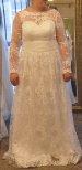 20a Brudklänning med mycket spetsblommor och låg rygg