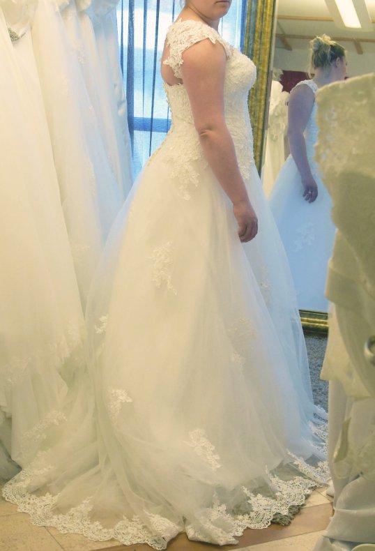 97824f6424cd A 887 Vacker brudklänning med spets och pärlor med nyckelhålsrygg ...