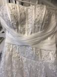 351 Brudklänning med stor prinsesskjol och släp med pärlor