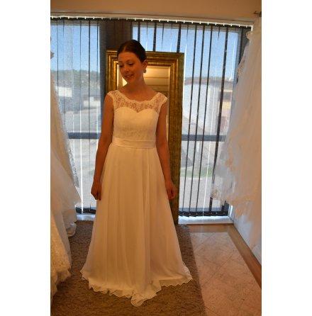 A 250  special Brudklänning med mjuk spetstopp och chiffongkjol