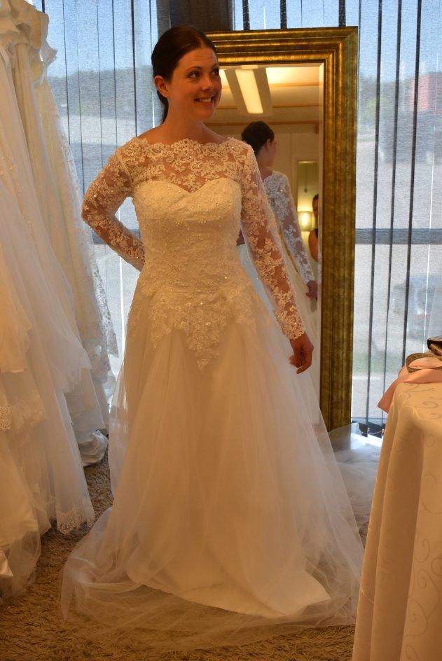 A T12a Brudklänning med spets, arm och tyll