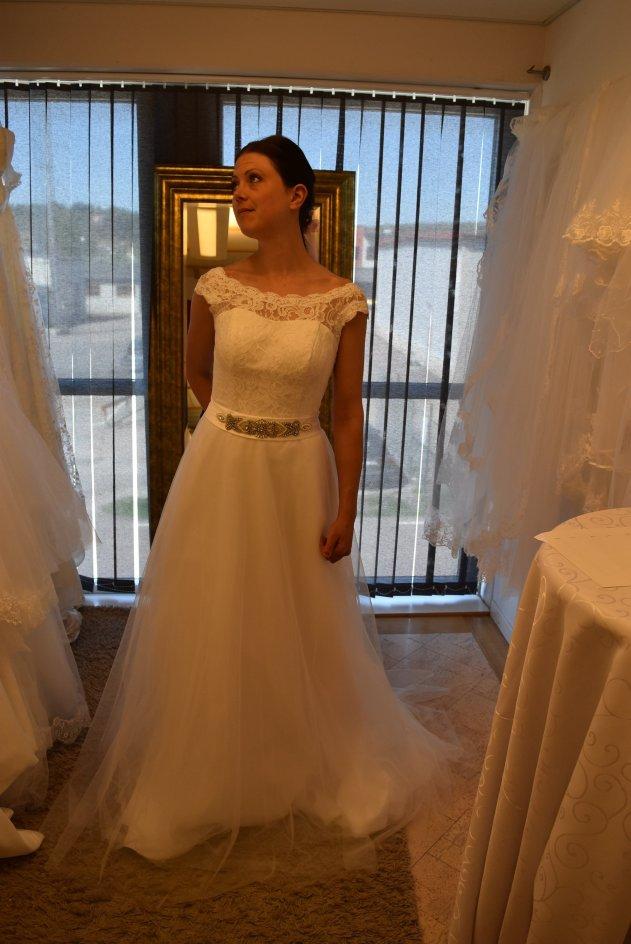 807t Brudklänning i mjuk spets och tyllkjol