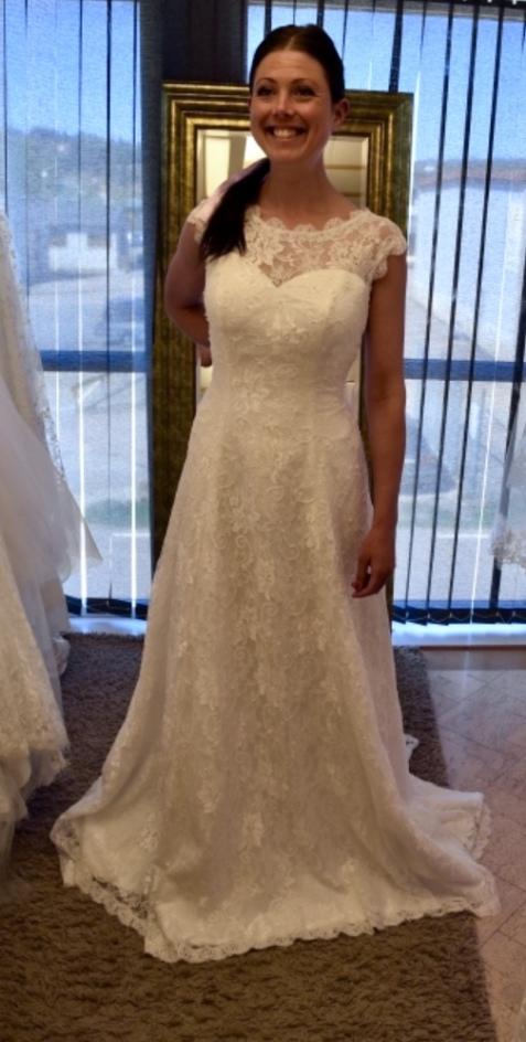 805p Brudklänning i mjuk spets med pärlor