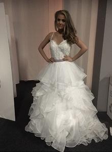 dec9fcf8f5c2 Prinsessklänning med spetstopp och tyllkjol