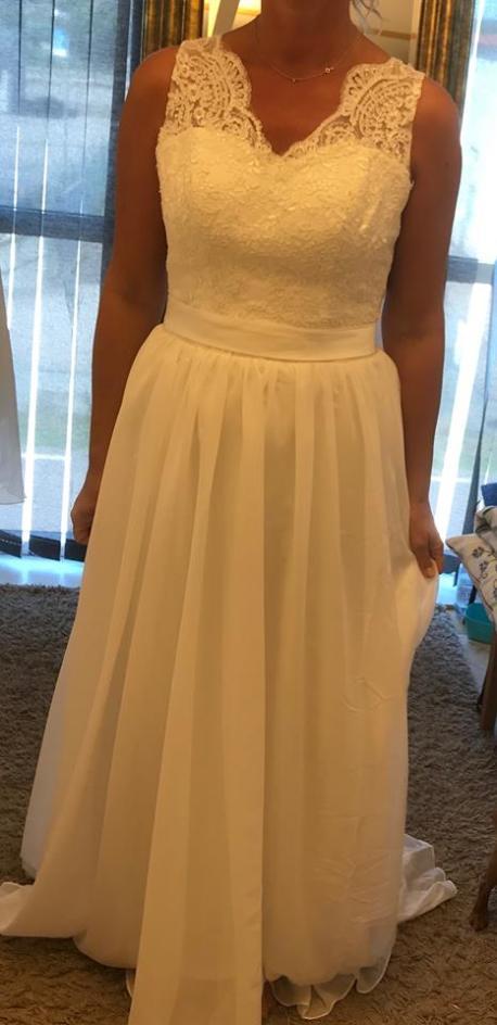 102 Brudklänning med spets och chiffong, djup vacker rygg