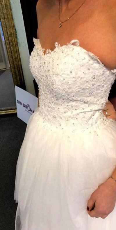 8016b6928f67 P14, Prinsessklänning, tub med glitter, spets och tyllkjol med släp