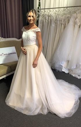 a158962f5ae1 P15 Otroligt vacker klänning med champagnefärgad underkjol - Din ...