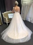 P15 Otroligt vacker klänning med champagnefärgad underkjol