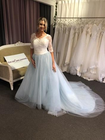 P16 vacker klänning med blå kjol