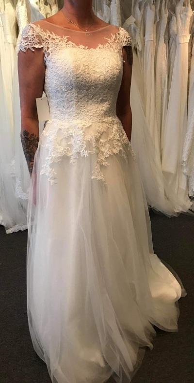 Vacker spetsklänning med tyllkjol