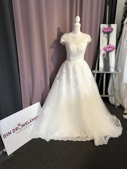 Romantisk brudklänning med ärm, tyll och fin spets