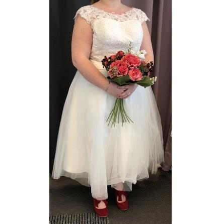 702 Vadlång Brudklänning i spets och tyll