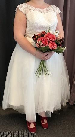 101ed2cdc88e Vacker brudklänning i spets med släp - Din Drömklänning