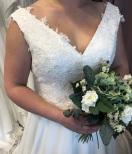 V-ringad brudklänning med djup rygg och spets
