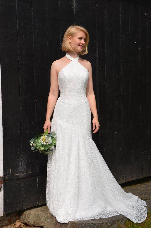 Feminin brudklänning med halterneck och djup rygg