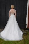 Brudklänning i spets med tyll och låg rygg