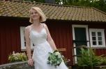 Brudklänning i spets med smala axelband och markerad midja