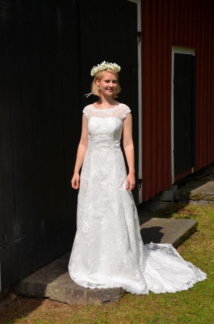 Brudklänning i spets med fantastisk passform och U-formad rygg