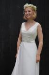 Enkel och stilig brudklänning i chiffong