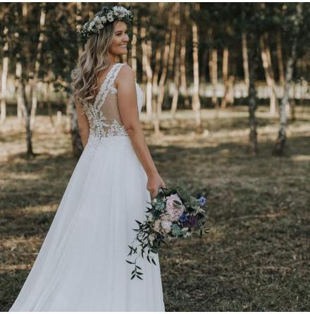 Brudklänning i spets med fantastisk rygg och chiffongkjol