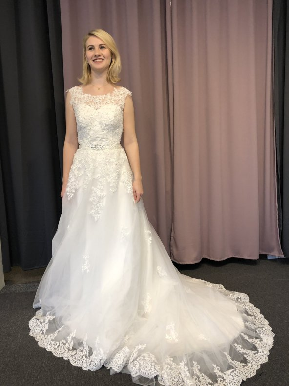 Glittrig tyllklänning med vackert släp