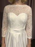 Brudklänning i spetsmed ärm och satinkjol