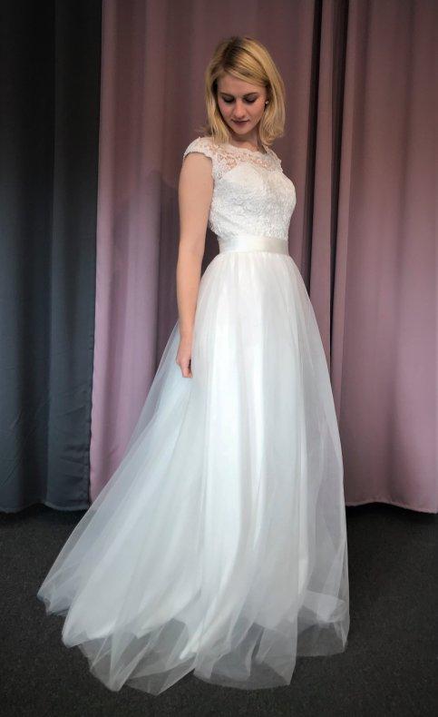Brudklänning med grov spetstopp och tyllkjol