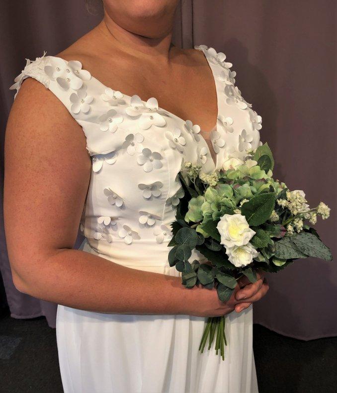 Vacker chiffongklänning med 3D-blommor på livet