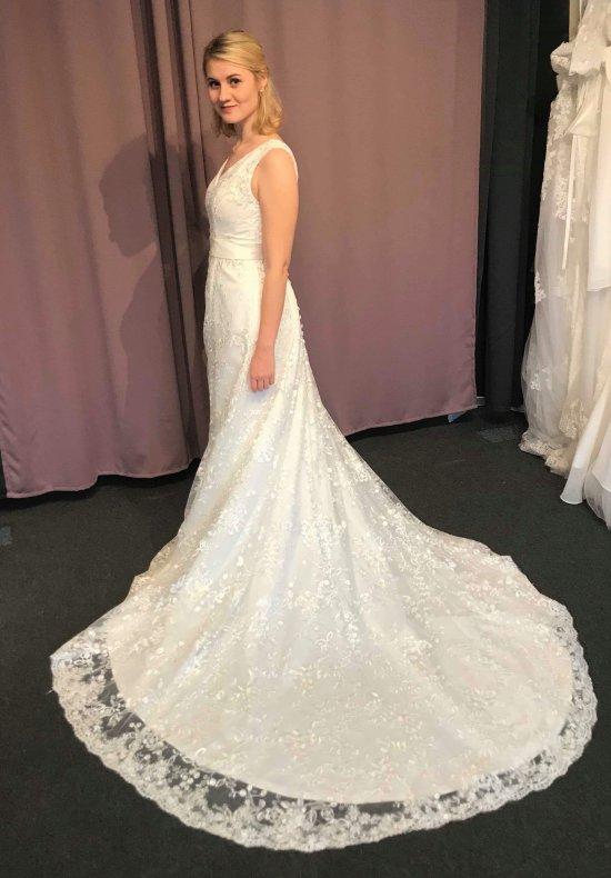 V-ringad spetsklänning med vackert släp