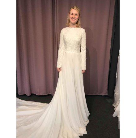 Heltäckt långärmad brudklänning med dramatisk chiffongkjol