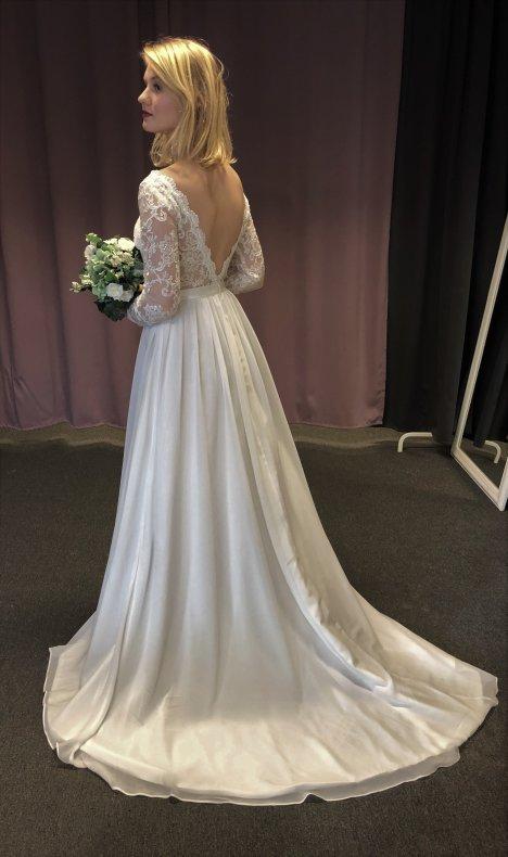 Romantisk långärmad brudklänning med öppen rygg