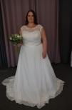 Brudklänning i spets och chiffong