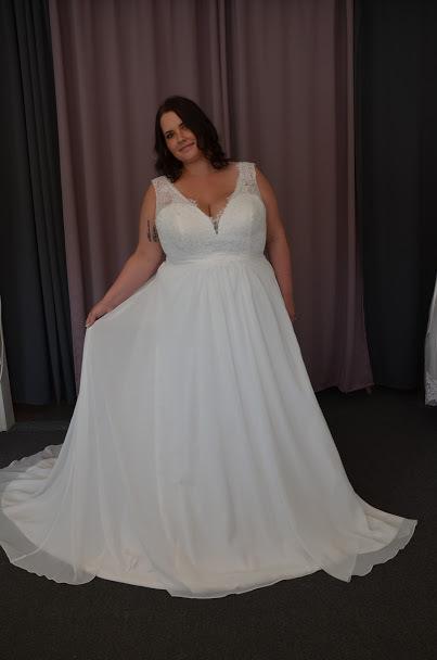 Brudklänning i djup V ringning med spets och chiffong