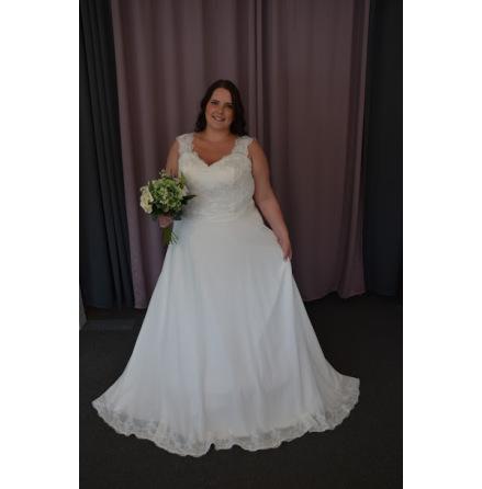 Brudklänning i spets med tyllkjol