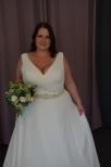 Enkel brudklänning med chiffong och glitterband