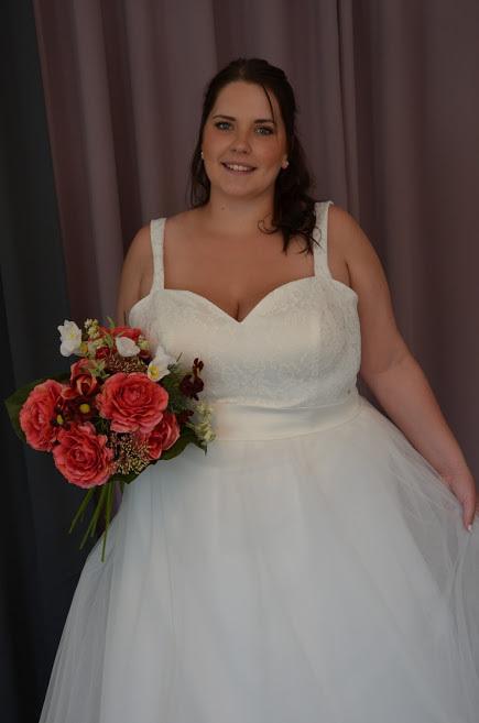 Brudklänning med spetstopp, axelband och tyllkjol