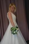 Brudklänning med spetstopp och tyllkjol och pärlor, V-ringad