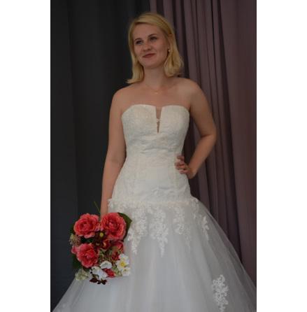 Brudklänning med fantastisk passform med glittrig spets