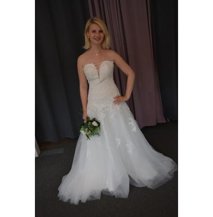 Brudklänning med spetdetaljer och tyllkjol